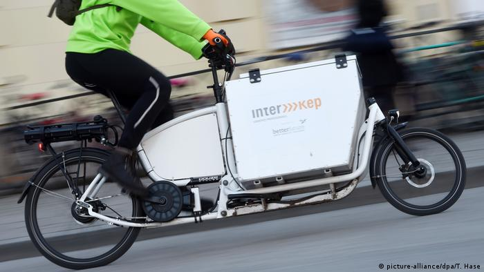 Fahrradkurier mit Lastenrad (picture-alliance/dpa/T. Hase)