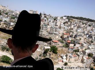 Ein israelischer Parlamentarier blickt auf das arabische Ost-Jerusalem (Foto: dpa)