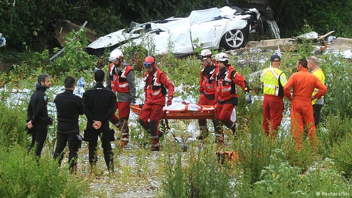 Rescue workers in Genoa retrieve a body following the collapse of the Morandi Bridge (Reuters/Str)