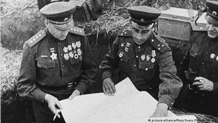 Маршал Константин Рокоссовский (слева) был командующим Центральным фронтом и показал себя в ходе битвы на Курской дуге блестящим стратегом
