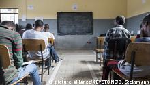 ZUM THEMA FLUECHTLINGSPOLITIK VOR ORT AN DER FRUEHLINGSSESSION 2018 AM DIENSTAG 6. MAERZ 2018 STELLEN WIR IHNEN FOLGENDES BILDMATERIAL ZUR VERFUEGUNG - Schueler in einem Klassenzimmer waehrend der Besichtigung einer Schule des Camps fuer eritreische Fluechtlinge, welches von der Schweiz unterstuetzt wird und vom norwegischen Fluechtlingsrat aufgebaut wurde, im Stadteil Bole in Addis Abeba, Aethiopien am Montag, 26. Oktober 2015. Aethiopien und die Schweiz wollen ihre bilateralen Beziehungen weiter ausbauen und vertiefen. Mit diesem Ziel reist eine Schweizer Delegation unter der Leitung von Bundespraesidentin Simonetta Sommaruga zu einem offiziellen Arbeitsbesuch nach Aethiopien. (KEYSTONE/Dominic Steinmann)  