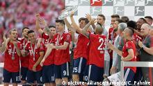 Thomas Müller Mueller ( FC Bayern ) mit Meisterschale und Mannschaft FC Bayern München feiert die sechste deutsche Meisterschaft in Folge Spieltag 34 12.5.2018 Copyright by : sampics Photographie |