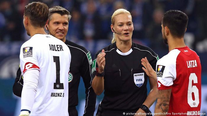 Deutschland BG Bundesliga | Schiedsrichterin Bibiana Steinhaus (picture-alliance/augenklick/firo Sportphoto/S. El Saqqa)