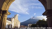Cathedral and Volcan de Agua, 3765m, Antigua, Guatemala, Central America | Verwendung weltweit, Keine Weitergabe an Wiederverkäufer.