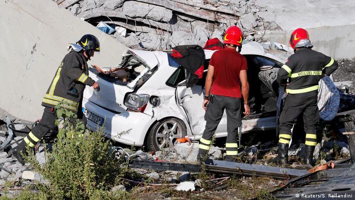 Rescue workers look for survivors following Genoa bridge collapse (Reuters/S. Rellandini)