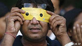 Mann in Indien betrachtet mit Spezialsonnenbrille die Sonnenfinsternis (Foto: AP)