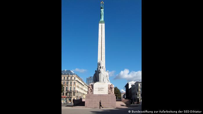 Латвия: памятник Свободы