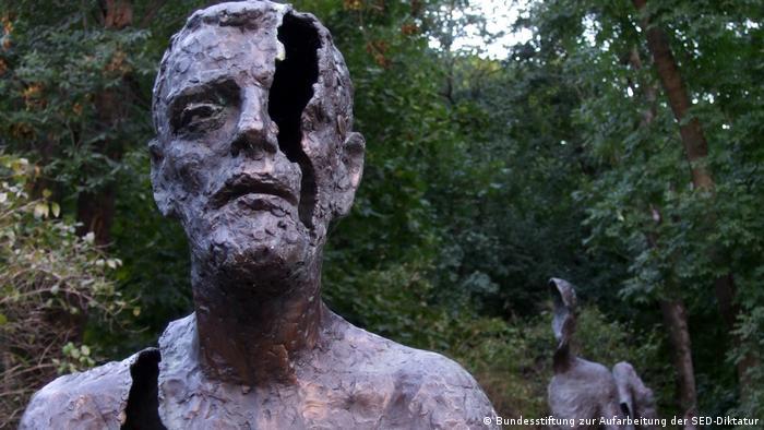 در سال ۲۰۰۲ از هفت مجسمه برنزی روی پلههایی که به بلندای تپه پترین در پراگ میرسیدند، رونمایی شد. این مجسمهها اثر مشترک اولبرام زولبک، مجسمهساز و زندانی سابق و دو معمار هستند که به یاد قربانیان دوران حکومت کمونیستی در فاصله سالهای ۱۹۴۸ و ۱۹۸۹ ساخته شدند. سازندگان اثر آن را نه تنها به زندانیان یا اعدامشدگان، بلکه همچنین به آنهایی اهدا کردهاند که استبداد توتالیتر زندگیشان را نابود ساخت.
