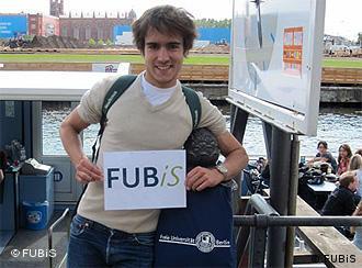 FUBiS: Sommeruni der FU Berlin (Teilnehmer mit FUBiS-Schild) - Foto: FUBiS