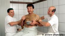 Michael Schanze, ZDF-Moderator, genießt eine Synchron-Massage während seines Fitness-Wochenendes im Golfhotel Maximilian im bayerischen Bad Griesbach (Aufnahme vom August 1999). Der Allrounder aus der Unterhaltungsbranche findet die dort von ihm ausprobierte Ayurveda-Kur wie geschaffen für ihn: Eine intensivere Entspannung gibt es nicht. Ich fühle mich wie neugeboren. Nachdem der 52-jährige sich einen schmerzhaften Muskelbündelriß zugezogen hatte, konnte er sich mit Ayurveda, Fasten und Golfen für seine Auftritte als Moderator wieder in Top-Form bringen. | Verwendung weltweit