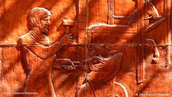 На фасаде одного из домов улицы Вайсгербергассе находятся барельефы с символическими изображениями городских ремесленных профессий, например, кузнеца