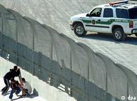 Imigrantes se escondem de guardas dos EUA na divisa com o México. Fronteira tem quase 400 mortes por ano