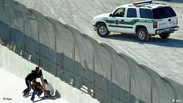 A group of emigrants crouch upon detection by US Border Patrol Officers,02 May 2003, as they try to cross the border from Mexico into the United States. US Government approved new measures to investigate, arrest and deport people whos' stay in the country is considered illegal, in which different agencies like the FBI will participate. Foto: GUADALUPE PEREZ dpa +++(c) dpa - Report+++