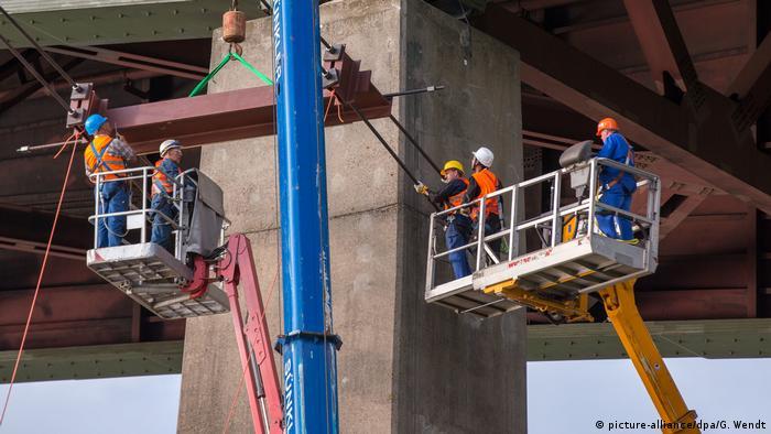 Reparaturarbeiten an ein er Stahlbeton-Hochbrücke der Autobahn A7