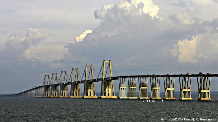 Resultado de imagen de puente sobre el lago