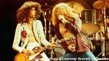 THE SONG REMAINS THE SAME, Led Zeppelin members Jimmy Page and Robert Plant, 1976 | Keine Weitergabe an Wiederverkäufer.