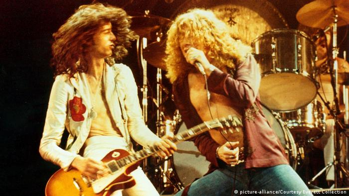Jimmy Page and Rober Plant on stage (ca 1976) Foto: dpa