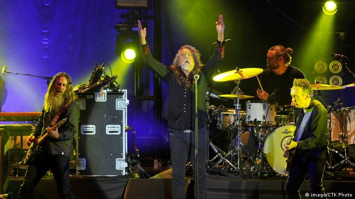 Robert Plant and band onstage (imago/CTK Photo)