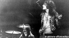 ARCHIV - 19.03.1970, Berlin: Robert Plant (r), Leadsänger der Rockgruppe Led Zeppelin, und Schlagzeuger John Bonham treten in der Deutschlandhalle auf. Am 20.08.2018 feiert Robert Plant seinen 70. Geburtstag. Foto: -/dpa +++ dpa-Bildfunk +++   Verwendung weltweit