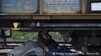 Οι πρόσφυγες κρύβονται ακόμα και κοντά στους τροχούς