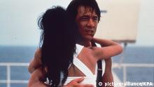 Jackie Chan in City Hunter, eine Frau im Arm haltend. (picture-alliance/KPA)