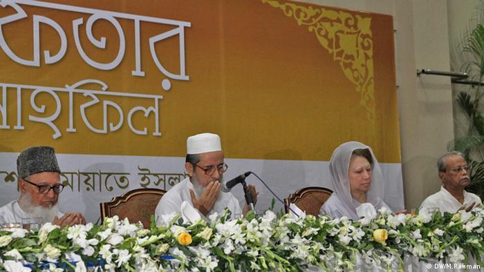 কয়েক বছর আগে ঢাকায় জামায়াতে ইসলামীর ইফতার মাহফিলে বিএনপি চেয়ারপারসন খালেদা জিয়া
