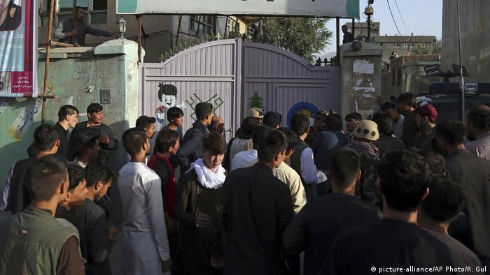 Afghanistan Kabul Menschen versammeln sich am Ort des Anschlags (picture-alliance/AP Photo/R. Gul)