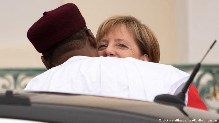 Merkel greeting Niger's president Mahamadou Issoufou