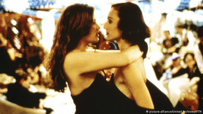 Mimi und Fiona tanzen in Roman Polanskis Film Bitter Moon eng umschlungen. (picture-alliance/United Archives/IFTN)