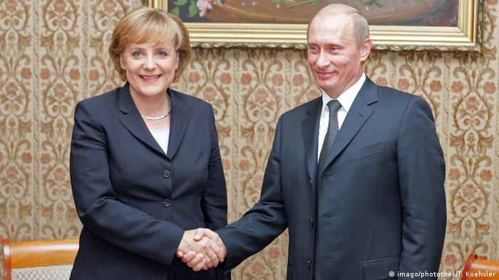 Merkel and Putin shake hands in Russia's Berlin embassy in 2005 (imago/photothek/T. Koehxler)