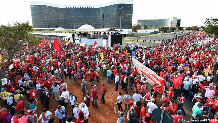 Supporters gather at the Electoral Supreme Court in Brasilia (Getty Images/AFP/E. Sa)