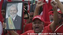 Ein Demonstrant hält ein Portraitbild von Lula hoch (Foto: picture-alliance)