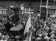 1980年,瓦文萨对罢工的工人讲话