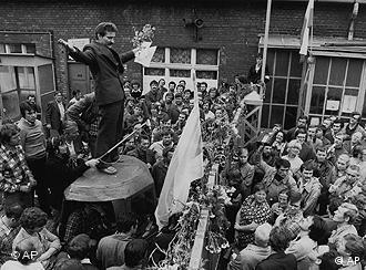 Lech Walesa adresses striking workers