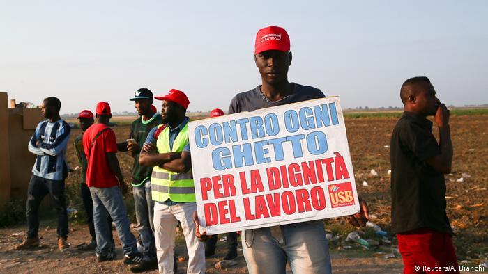 Ağustos başında 16 Afrikalı işçinin tarladan dönerken trafik kazasında ölmesi hasata yardım eden yabancı işçiler arasında protestolara neden olmuştu. Bunların çoğunluğu Akdeniz üzerinden Avrupa'ya geçmiş Afrikalı sığınmacılar.