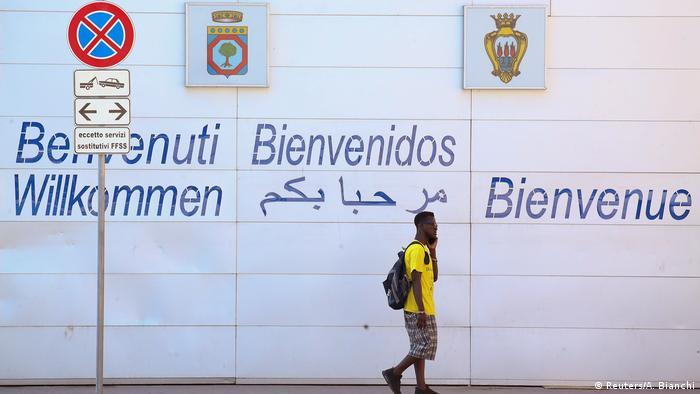 İtalya'da yeni hükümetin göreve gelmesiyle birlikte bu Afrikalılar gibi sığınmacılar artık hoş karşılanmıyor. Ne var ki binlerce Afrikalı sığınmacı ülkede daha iyi bir yaşam kurmaya çalışıyor.