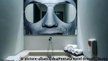 HANDOUT - 06.08.2018, Portugal, Funchal: Ein Bild von Cristiano Ronaldo, Fußballspieler aus Portugal, hängt über einem Waschbecken in einer öffentlichen Toilette im Hotel Pestana CR7 Funchal. (zu dpa «Duschen bei Ronaldo - Warum immer mehr Stars zu Hoteliers werden» vom 16.08.2018) Foto: Tiago Sousa/Pestana Hotel Group/dpa +++ dpa-Bildfunk +++  