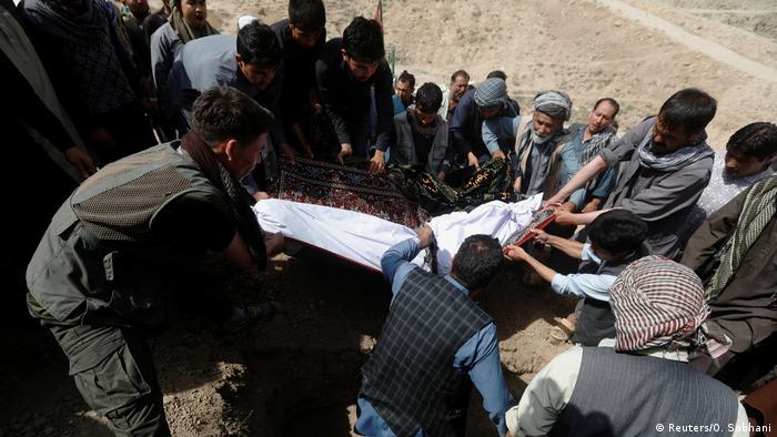 Afghanistan - Beerdigung der Opfer nach Selbstmordanschlag in Kabul (Reuters/O. Sobhani)