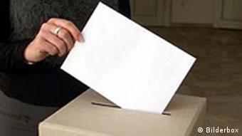 Wahlurne mit Wahlzettel