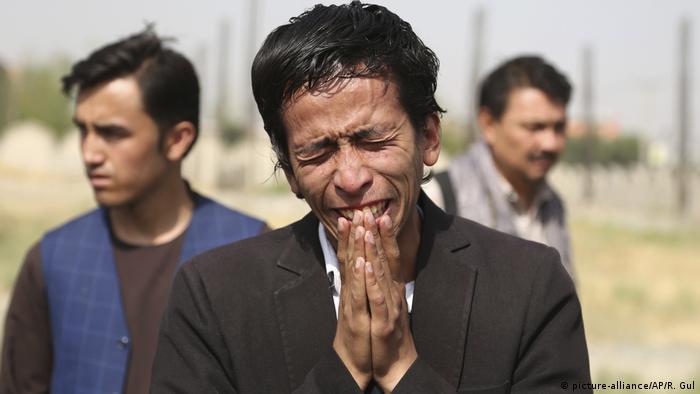 Afghanistan - Beerdigung der Opfer nach Selbstmordanschlag in Kabul (picture-alliance/AP/R. Gul)