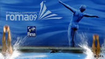 Schwimmer trainieren im Becken vor WM-Plakat (Foto: dpa)