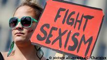 ARCHIV - Frauen protestieren am Samstag (13.08.2011) beim so genannten «Slutwalk» (Schlampenspaziergang) in der Hamburger Innenstadt. Der Sexismus-Vorwurf gegen den FDP-Politiker Brüderle beschäftigt zur Zeit viele Menschen. (zu dpa Ich auch, wir alle - Der neue Aufschrei am 20.10.2017) Foto: Christian Charisius/dpa +++(c) dpa - Bildfunk+++ | Verwendung weltweit