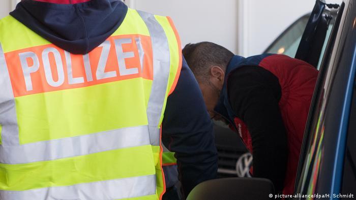 Deutschland Abschiebung abgelehnter Asylbewerber | Flughafen Leipzig-Halle (picture-alliance/dpa/H. Schmidt)