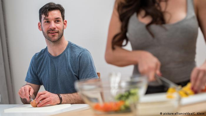 Partnersuche beim Blind-Cooking Date (picture-alliance/dpa/C. Klose)