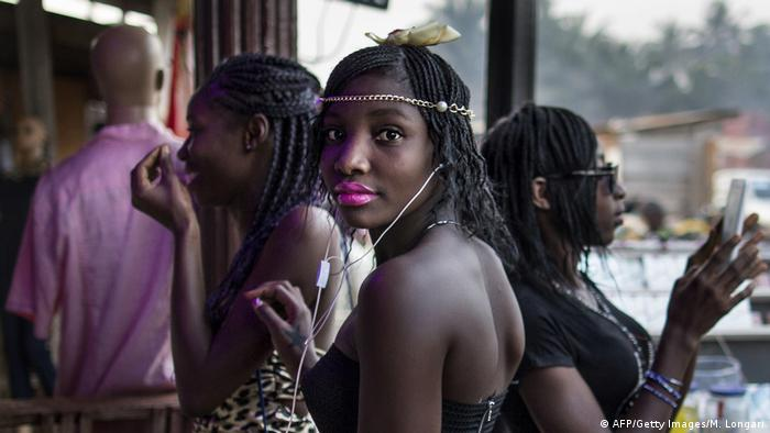 Symbolbild Afrika Smartphone Musik Kopfhörer (AFP/Getty Images/M. Longari)