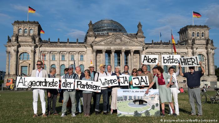 Berlin, 77-Tage-Demo für Einheitswippe vor dem Reichstag