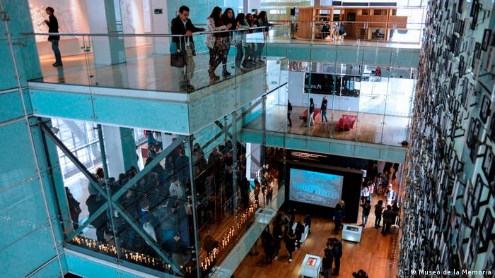 Museo de la Memoria y los Derechos Humanos, espacio interior, se ven varios niveles con público visitante y paredes vidriadas.