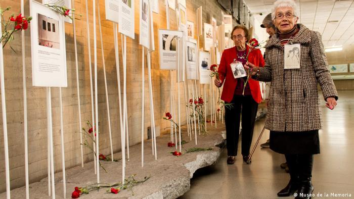 Museo de la Memoria y los Derechos Humanos, mujeres con flores rojas