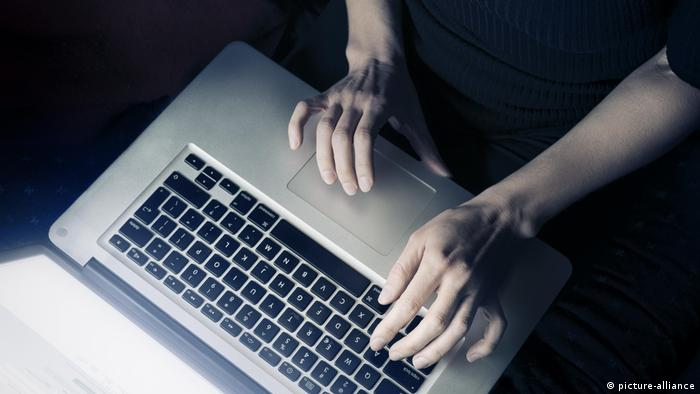 Frau mit einem Laptop-Computer