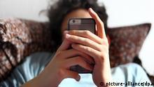 ARCHIV - ILLUSTRATION - Ein 17-Jähriger benutzt am 01.04.2015 in Würzburg das iPhone 6. Foto: Karl-Josef Hildenbrand /dpa (zu dpa «Studie: Smartphones setzen Kinder unter Stress» vom 01.10.2015) +++(c) dpa - Bildfunk+++ | Verwendung weltweit